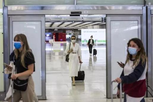 Pasajeros a su llegada a las instalaciones de la Terminal T4 del Aeropuerto Adolfo Suárez Madrid-Barajas - Alejandro Martínez Vélez - Europa Press
