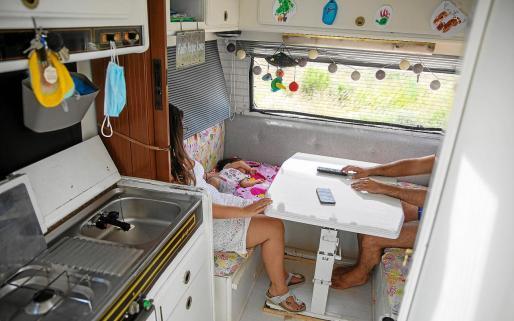 La familia vive con todas las comodidades en su caravana.