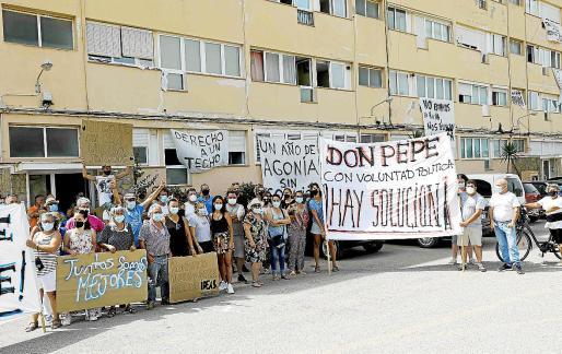 Los afectados de los Don Pepe volvieron a manifestarse ayer junto al edificio.