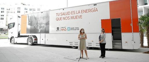 La empresa Seat ha adaptado tres de sus camiones que normalmente trasladan coches de carreras, para acoger puntos de vacunación y los ha ofrecido al Govern de forma altruista. También aportarán personal.