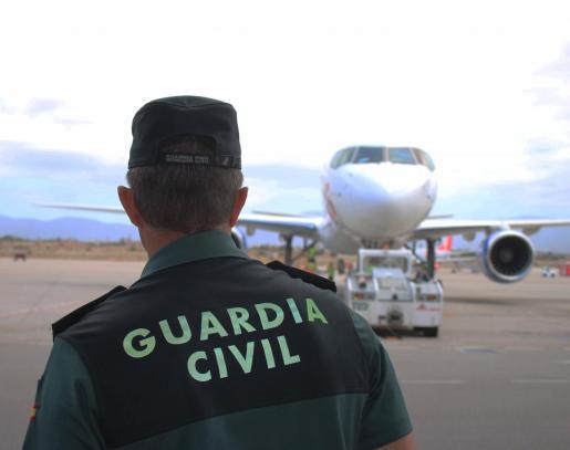 Un agente de la Guardia Civil en el aeropuerto de Ibiza.
