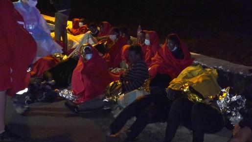 Los servicios de emergencias atienden a migrantes rescatados de madrugada tras encallar su embarcación en Orzola