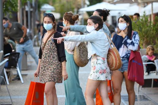 Un grupo de personas con mascarilla en Ibiza.