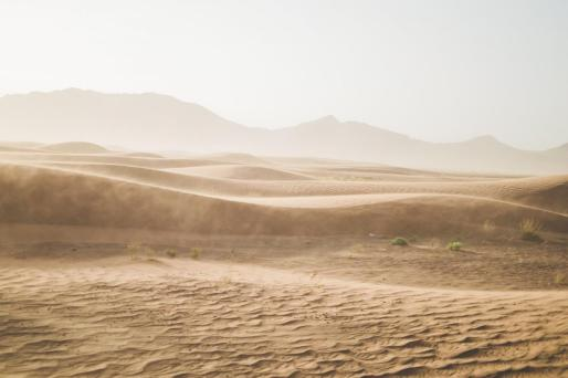 El desierto del Sáhara sobrevuela las Pitiusas y descarga aromas de caravana de camellos de Tombuctú.