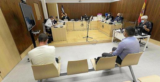 Los acusados Rafael Rodríguez (I), y José Joaquín Fernández (D), ante el tribunal.