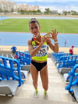 Carolina Gámez posa con su medalla de oro en el estadio malacitano.