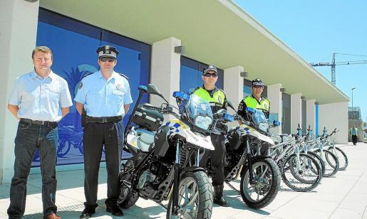 El concejal Xicu Cardona y varios agentes en la presentación de nuevos vehículos el pasado año.