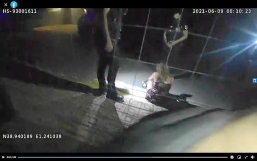 Una joven recibe ayuda de la Policía Local de Sant Josep tras salir de una fiesta ilegal.
