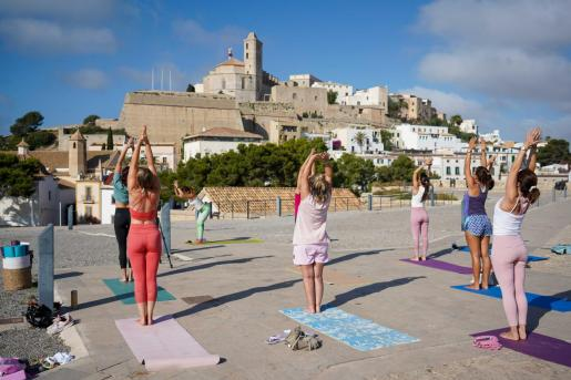 sesión de yoga que tuvo lugar ayer en el Baluarte de Santa Lucía.