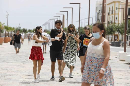 Gente paseando por el puerto de Ibiza.