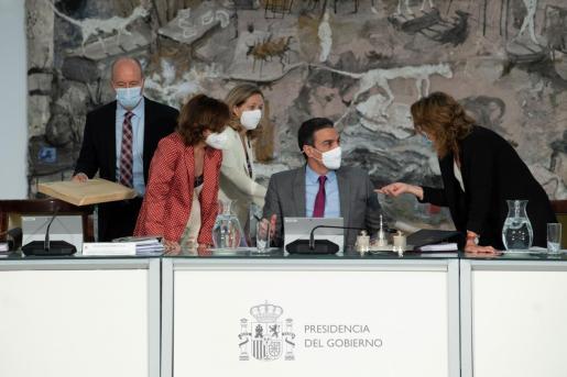 Pedro Sánchez, con Teresa Ribera, Carmen Calvo, Nadia Calviño y Juan Carlos Campo, este martes en La Moncloa antes de iniciarse el Consejo de Ministros.