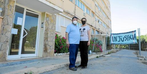 El vecino desalojado, junto a su esposa ante el edificio A de los Apartamentos Don Pepe.