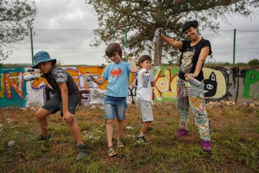 Aida Miró con tres de los pequeños artistas urbanos que participan en el taller que se imparte todos los viernes por la tarde.