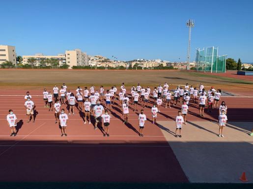 Los integrantes de la escuela del Club Atletisme Pitiús realizaron ayer una protesta simbólica sobre la pista de atletismo de Can Misses, todos ellos con una camiseta de ánimo a la entidad.