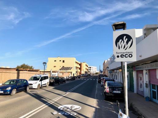 Señalización de 'Formentera Eco', la regulación de la circulación de vehículos en la Isla, en el punto de control de La Savina.