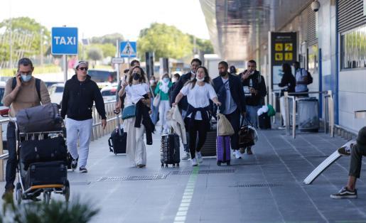 Un grupo de turistas en el aeropuerto de Ibiza.
