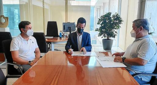 El conseller de Transportes, Javier Torres (centro), firmó ayer el concenio con representantes de APEBÜS.