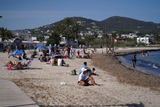 Gente disfrutando de un día de playa en Talamanca.