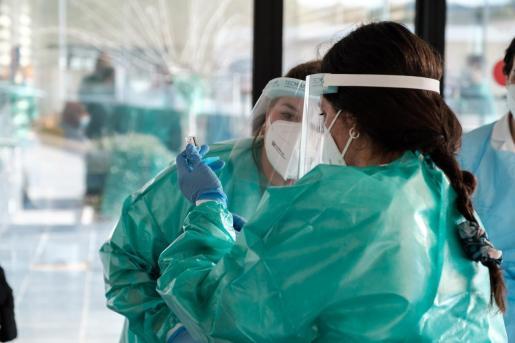 Personal sanitario de Ibiza prepara una dosis de la vacuna contra el coronavirus.
