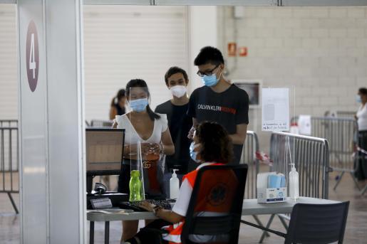 En el Recinto Ferial, como en la imagen de este martes, cada vez es más habitual ver a gente joven acudir a vacunarse.