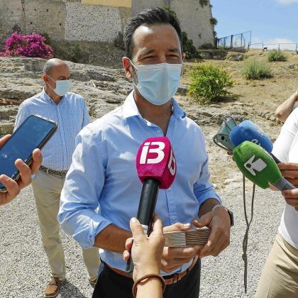 Rafa Ruiz atiende a los medios de comunicación, este miércoles por la mañana en el solar del antiguo hospital de Dalt Vila.