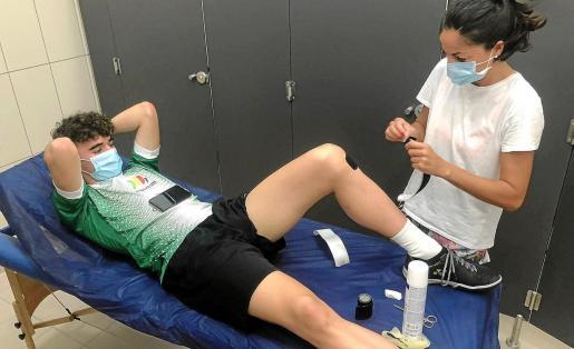 Marc Cardona, tratado por la fisioterapeuta Ana López.