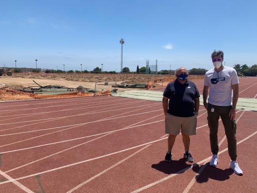 Raúl Chapado, a la derecha, junto a Toni Roig durante su reciente visita a la pista de atletismo de Can Misses.