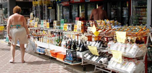 La prohibición de la venta de alcohol a partir del sábado en los comercios desde las diez de la noche va dirigida a frenar los botellones.