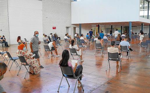 Imagen de gente esperando en el Recinto Ferial después de recibir la vacuna.