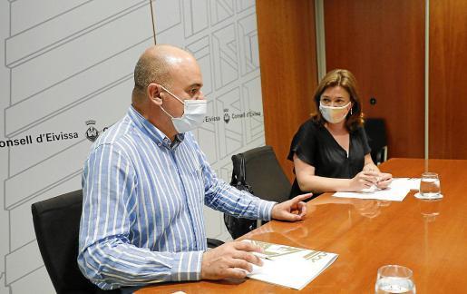 Vicent Marí y Mercedes Garrido, ayer, durante la reunión mantenida con los alcaldes de la isla.