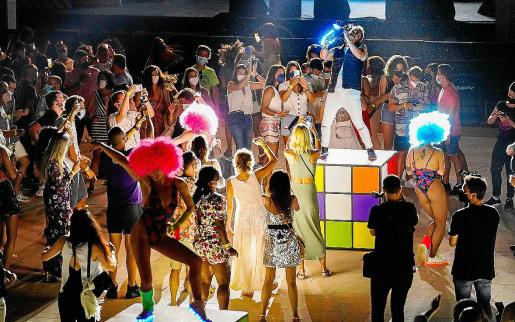 Gente bailando durante la prueba piloto del ocio nocturno en el Hard Rock Hotel Ibiza.