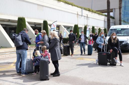 Turistas alemanes en el aeropuerto de Palma.