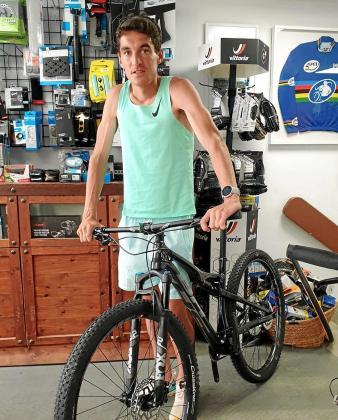 Dani Mateo posa con una de las bicicletas que está usando para salir a entrenar.
