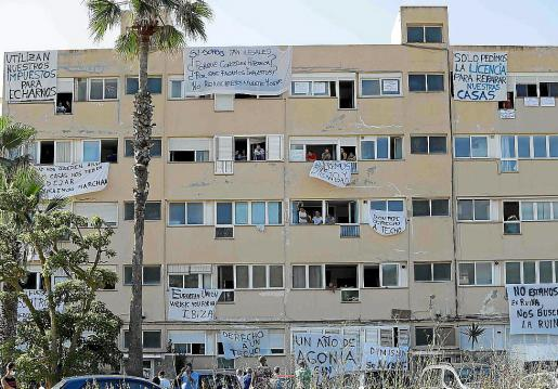 Los apartamentos Don Pepe con pancartas de protesta.