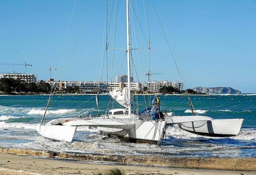 Un trimarán quedó varado en la playa de s'Arenal ayer por la mañana.
