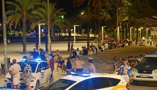 Aspecto que presentaba la playa de Magaluf el viernes por la noche, con más de mil jóvenes deambulando por el paseo y la arena.