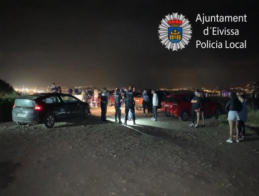 Imagen de archivo de un botellón intervenido por la Policía Local de Ibiza recientemente.