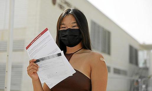 Ana Tur recién vacunada a la salida del Recinto Ferial.