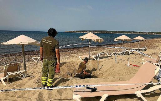 Técnicos del COFIB en la playa donde se iba a producir el desove.