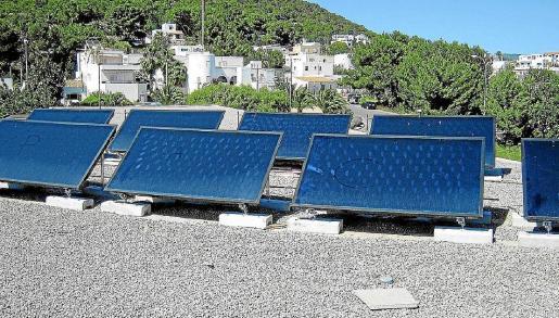 Placas solares instaladas sobre el centro de salud de Santa Eulària.