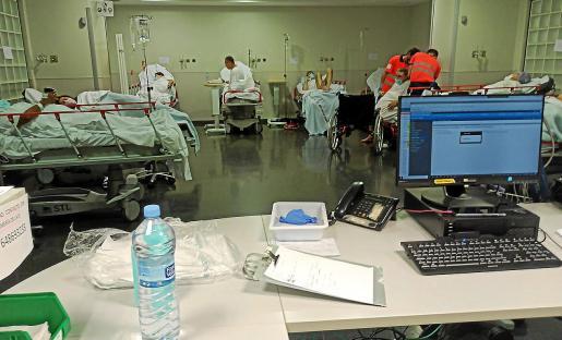 Pacientes en Son Espases que esperaban un ingreso en una sala común.