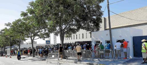 La expectación por ver a la UD Ibiza en Segunda es máxima y se plasmó ayer con sobresaliente afluencia de abonados para renovar su pase.