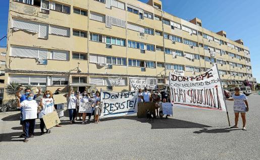 Los vecinos de los Don Pepe, ayer, manifestándose frente a su edificio.