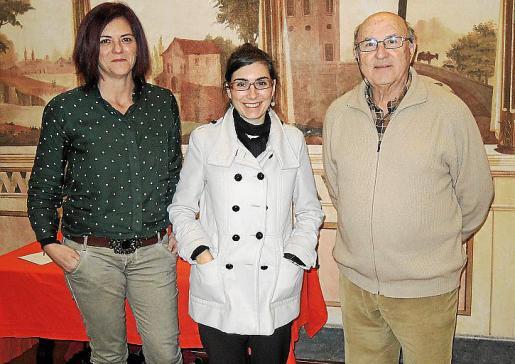 La regidora de Cultura Caterina Vallés, Mariona Surribas y Antoni Pol, uno de los miembros del jurado que ha otorgado el premio.