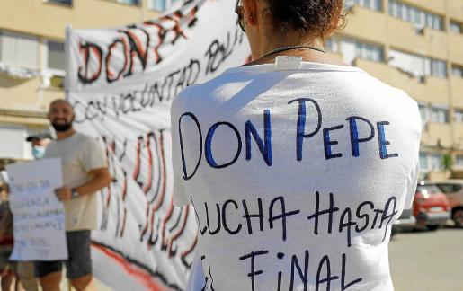 Vecinos de los Don Pepe en una de sus últimas protestas frente al edificio.