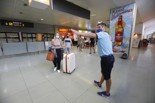 Británicos llegando al aeropuerto de Ibiza cuando se pasó a verde en junio.