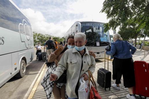 Tursitas británicos llegando a Ibiza el pasado 30 de junio.