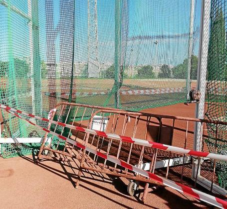 La jaula y el círculo de lanzamientos, precintadas para evitar que entren los lanzadores.