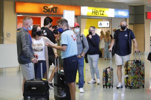 Turistas británicos, la semana pasada, en el aeropuerto de Ibiza.