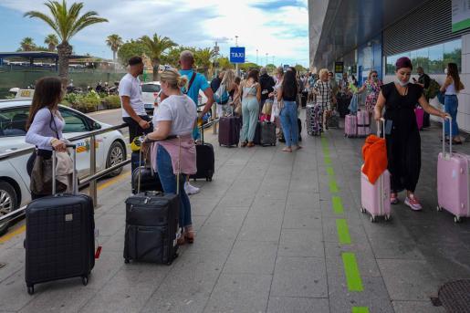 Pasajeros en el aeropuerto de Ibiza, este jueves.